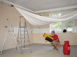 Использование газовых теплопушек при монтаже навесных потолков